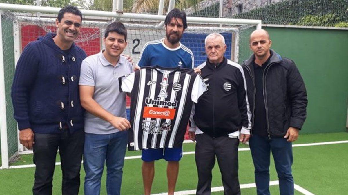 El Loco Abreu arregló con el club número 30 de su carrera