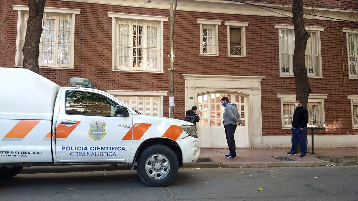 Policias trabajan en el lugar donde un hombre hirió a la mujer y se mató.