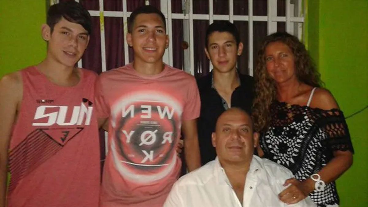 Emir Cuattoni junto a sus hermanos y padres