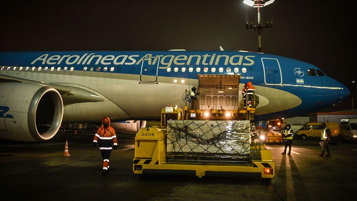En total son 56 ThermoContainers con la vacuna rusa Sputnik V que fueron ubicados en 8 pallet en la bodega del avión