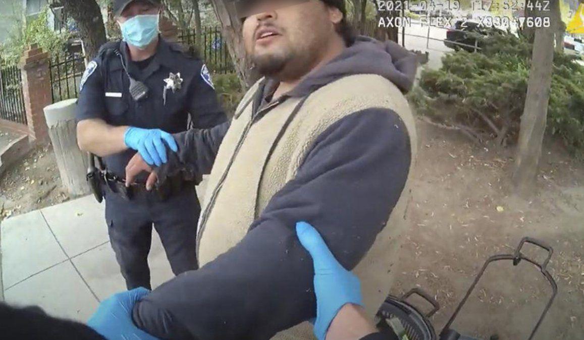El joven hispano se encontraba en una plaza y cuando llegaron los policías de California se produjo un altercado que terminó con el hombre en el piso