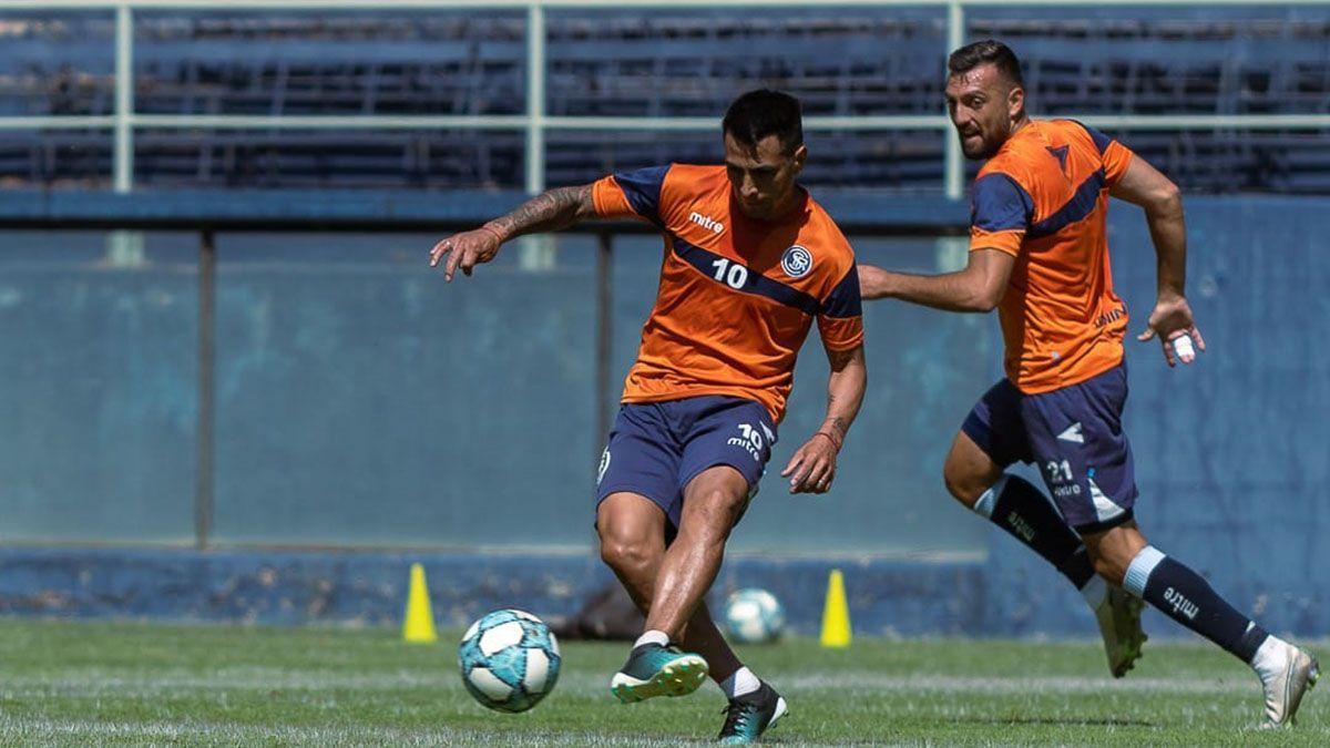 Diego Cardozo le pega a la pelota en la práctica. Foto: Osvaldo Gagliardi.