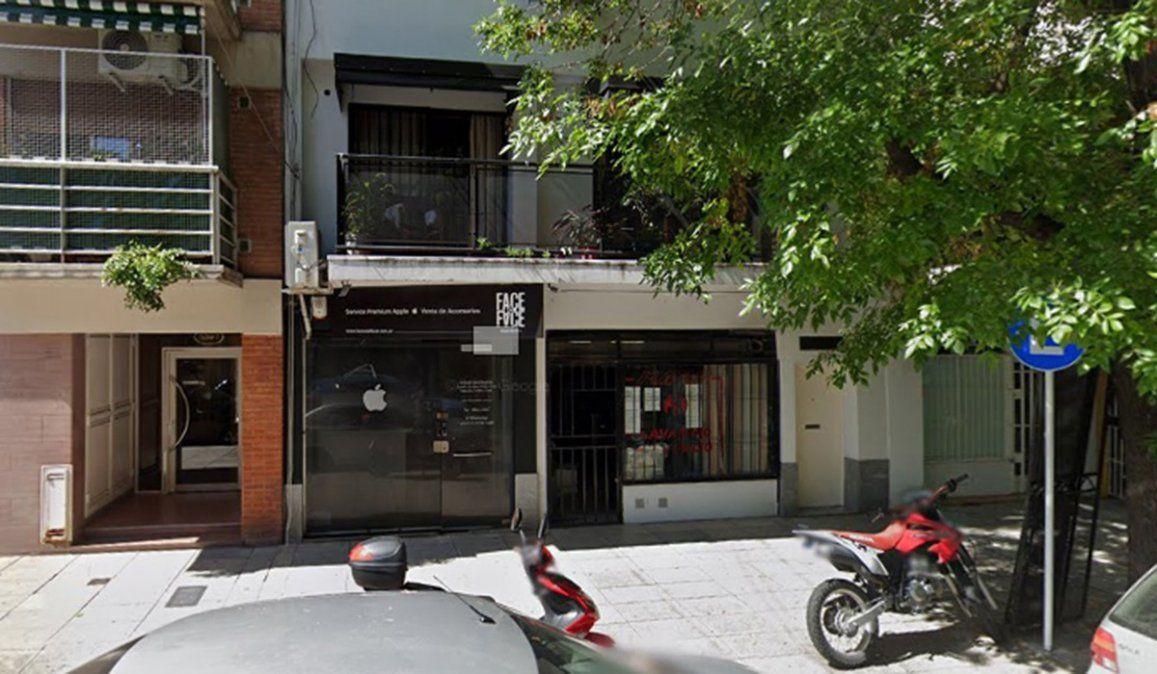 El hombre asesinado en el brrio de Núñez fue visto el lunes por la tarde ingresando con dos mujeres al edificio y este miércoles su hija lo encontró en el dormitorio con dos cuchillos clavados en la espalda