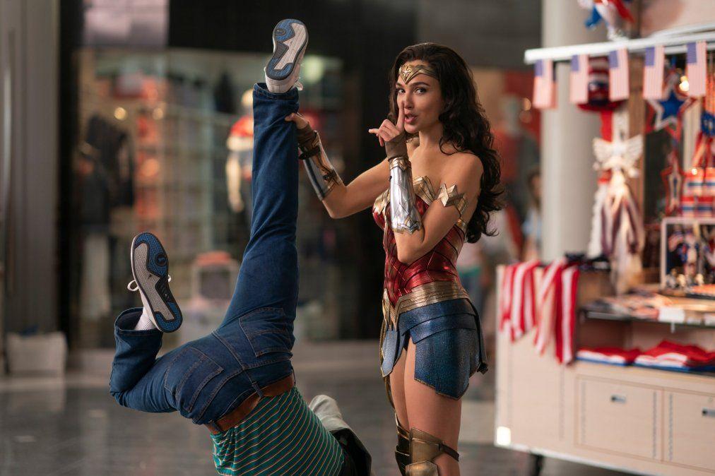 Exceso de efectos visuales y una protagonista sin carisma: así es Wonder Woman 1984