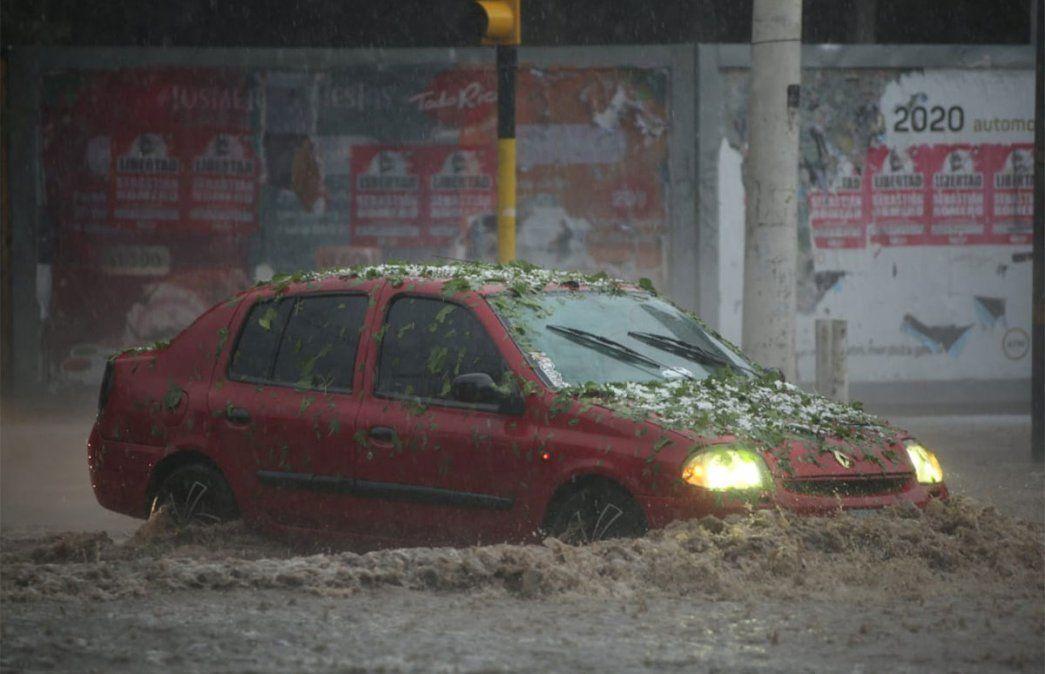Las calles del Gran Mendoza se vieron anegadas rápidamente debido a la furia de la tormenta