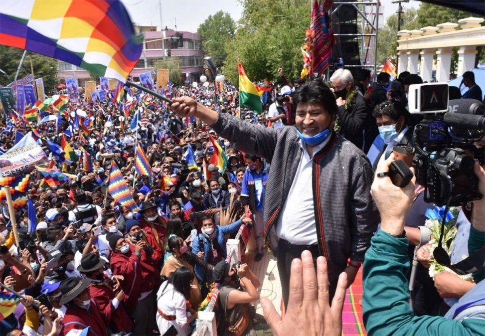 Evo Morales abandonó este lunes la Argentina y agradeció al presidente argentino Alberto Fernández. Ya están en Bolivia y habló ante su gente. Foto: NA.