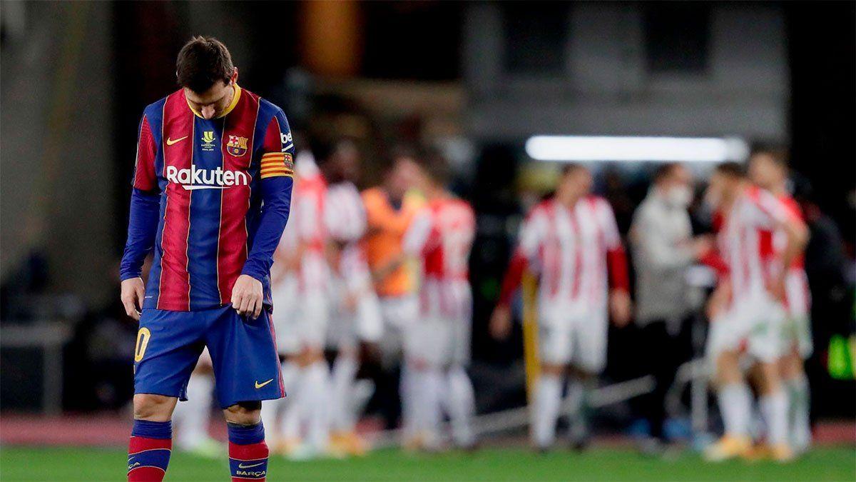 Messi pegó feo y vio la roja por primera vez en Barcelona
