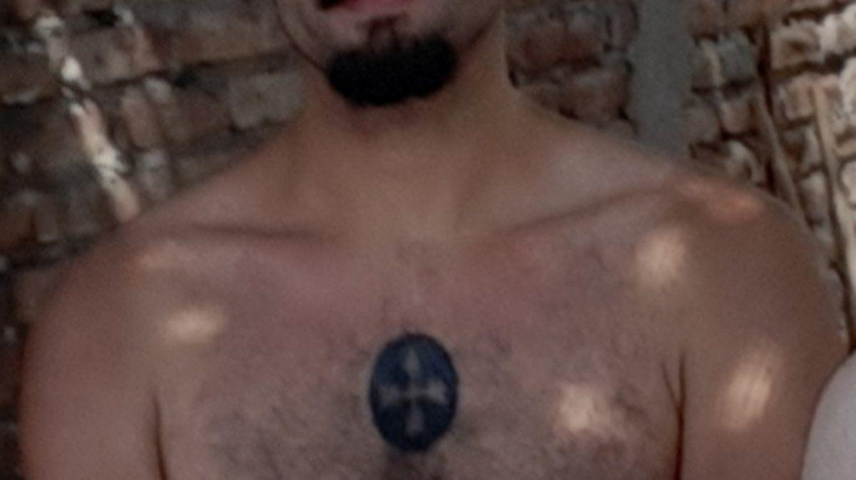 Detalle de uno de los tatuajes de Jeremías: un tribal circular con dos flechas. También tiene una ala en el antebrazo izquierdo y otro triangular.
