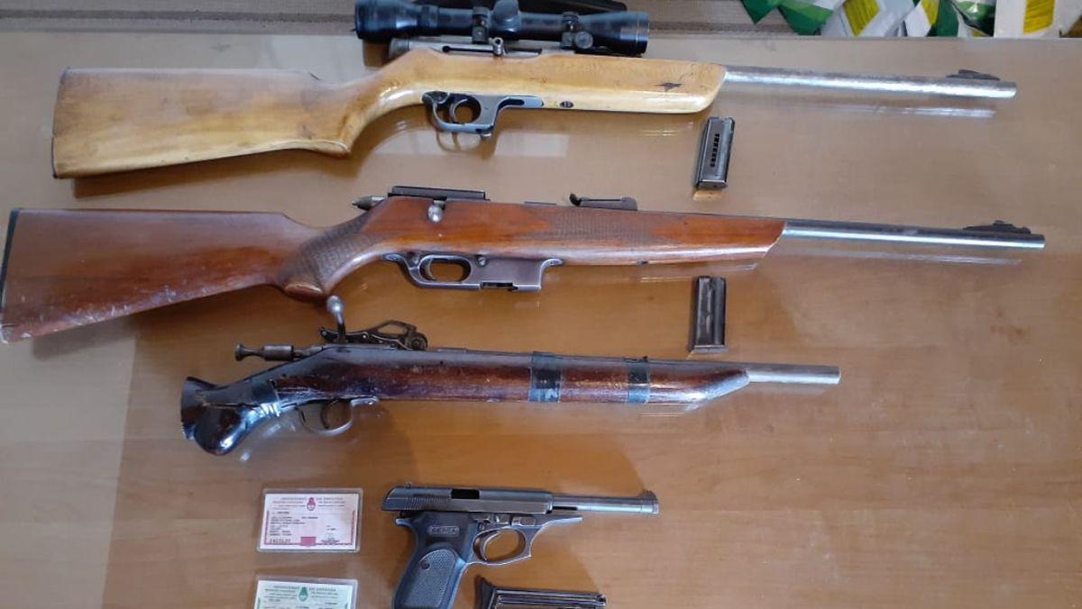 Este es el pequeño arsenal de armas de uso civil encontrado en el domicilio de un hombre acusado de amenazas en contexto de violencia de género, en Maipú.