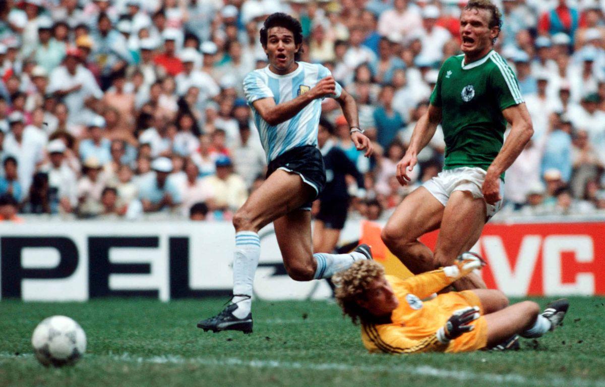 Jorge Burruchaga marca el gol que coronó a Argentina campeón del mundo.