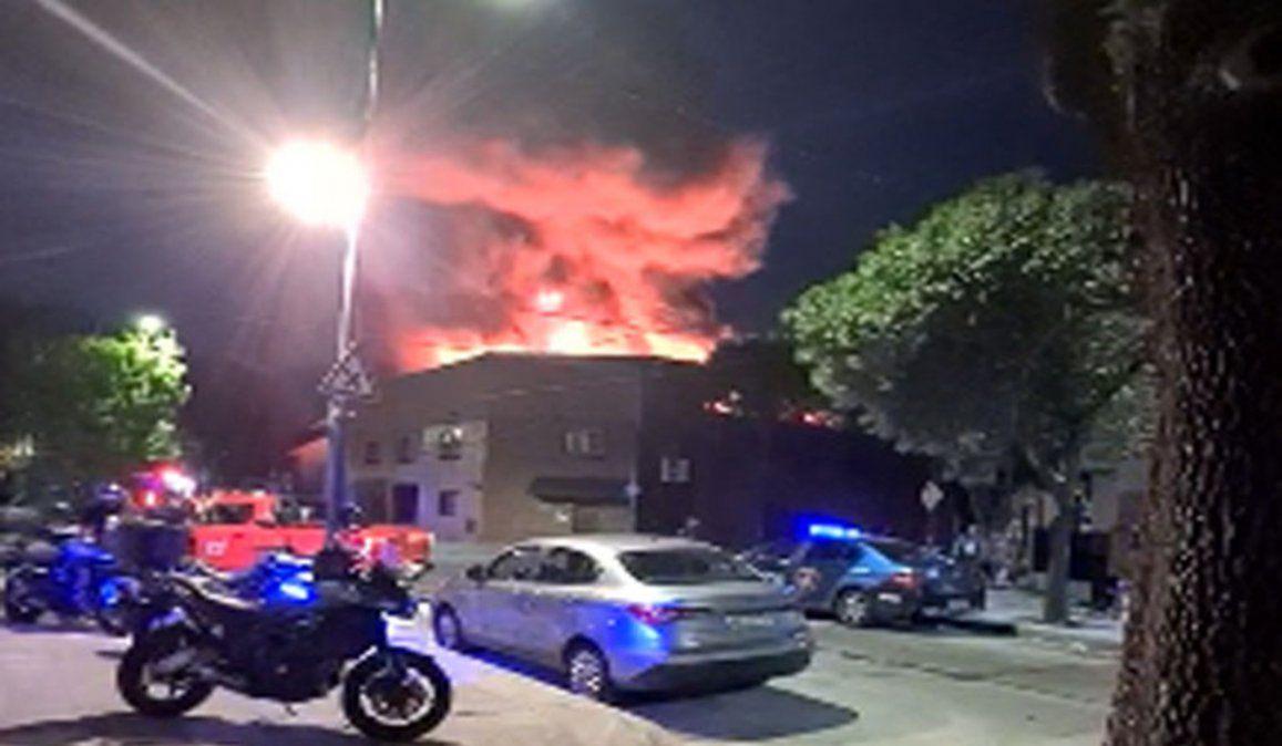 El incendio se produjo en las últimas horas de la tarde de este martes en un edificio donde funciona un salón de eventos en el barrio de Parque Chacabuco