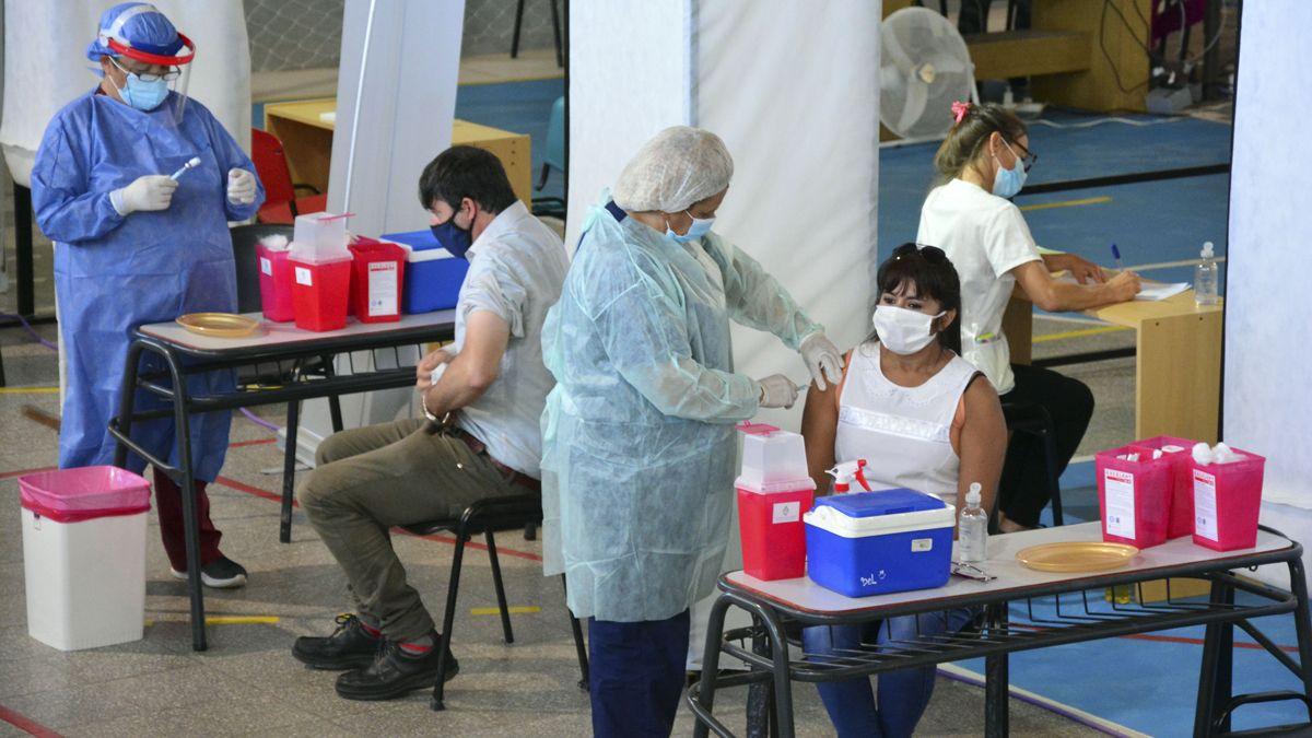 Vacunación. El reporte de coronavirus en Argentina informó que hay 3.479 personas internadas en terapia intensiva.