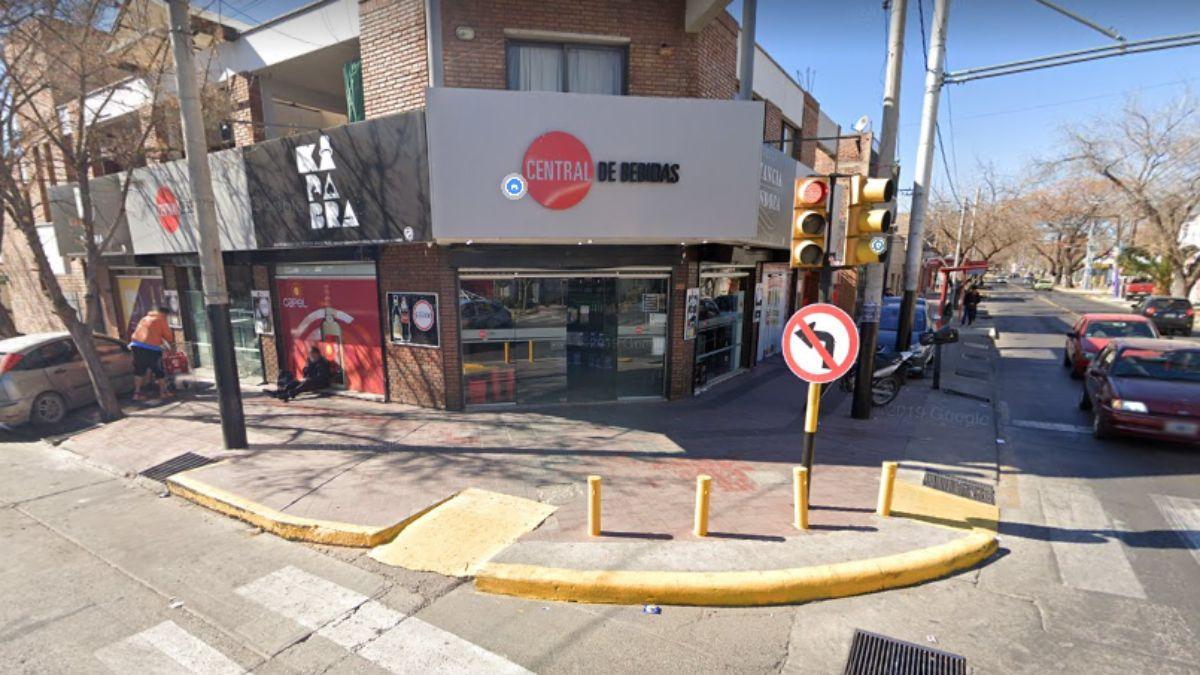 El local donde se cometió el robo en Godoy Cruz.