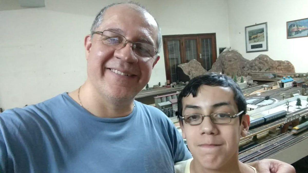 El profesor Rubén Lepez y su hijo mayor Martín