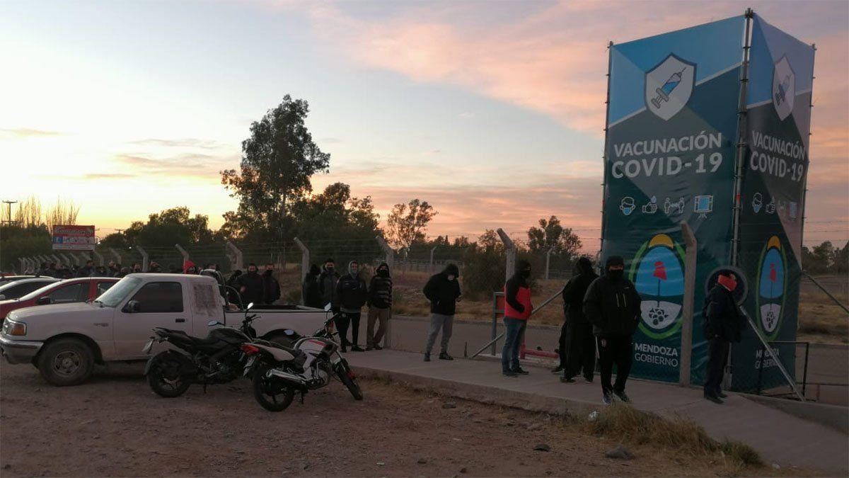Vacunación en Mendoza: los choferes de micros y empleados de servicios públicos reciben su primera dosis