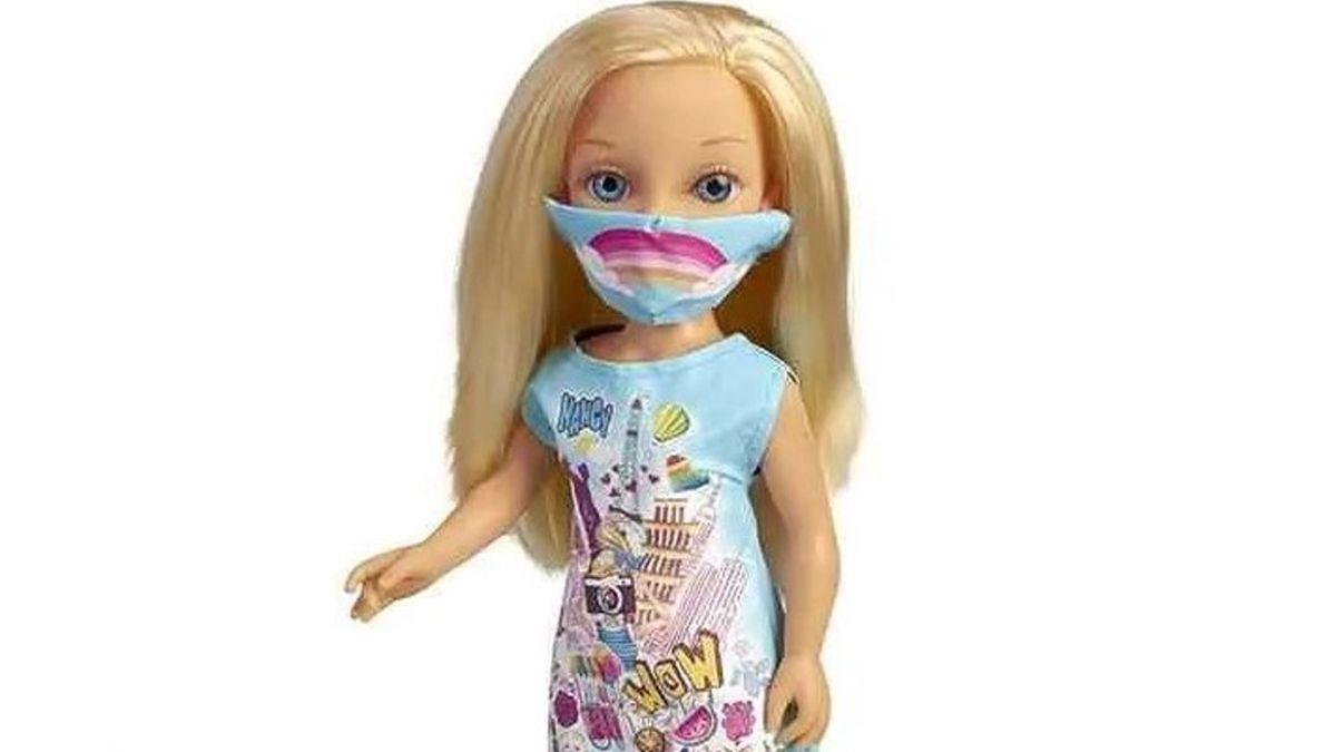 Muñecas con mascarillas y barbijos a las que se curar si dan positivo de coronavirus.