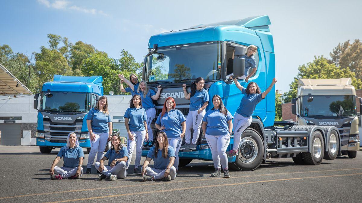 Las camioneras argentinas que este lunes -Día de la Mujer- se graduarán como conductoras profesionales.