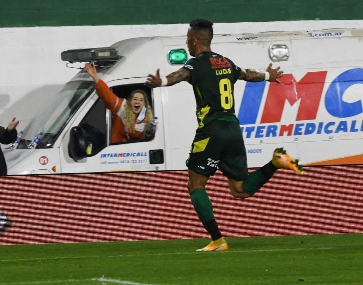 La doctora celebra desde la ambulancia el gol de Defensa y Justicia marcado por Lucas Barrios.
