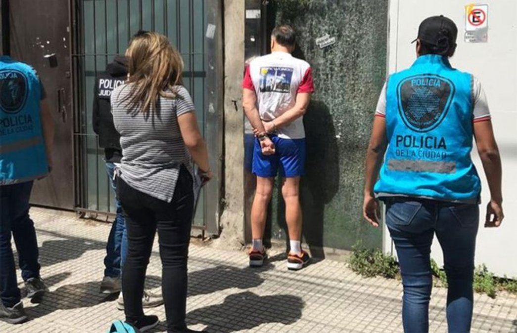 Cuatro sujetos se hacían pasar por agentes de la Policía de la Ciudad de Buenos Aires y se dedicaban a cometer robos en distintos barrios porteños. Fueron atrapados por la verdadera policía.