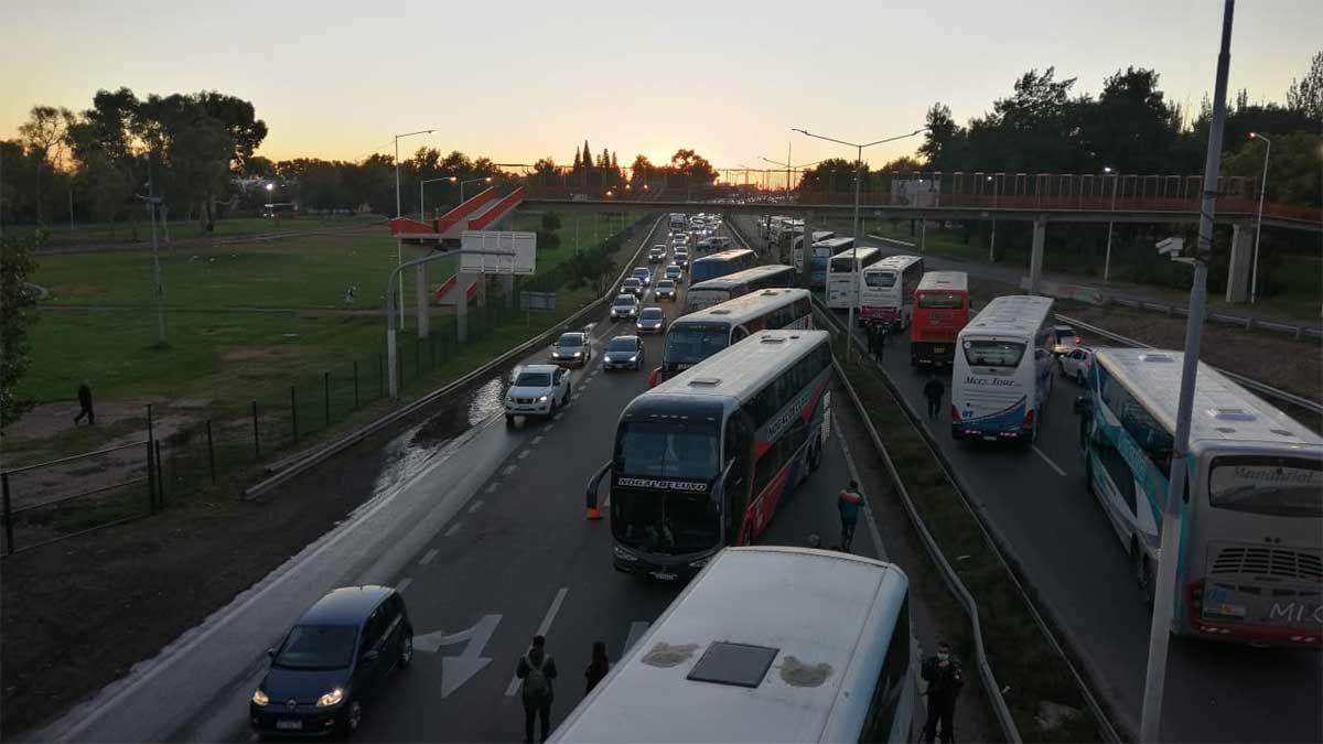 Caos de tránsito: los choferes turísticos cortaron los Accesos Este y Norte