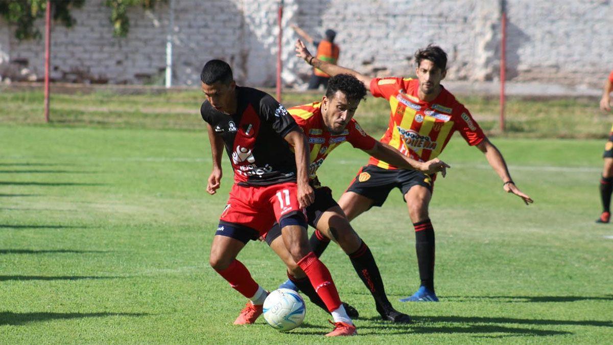Veliez protege el balón ante la marca pegajosa de un jugador de Sarmiento.