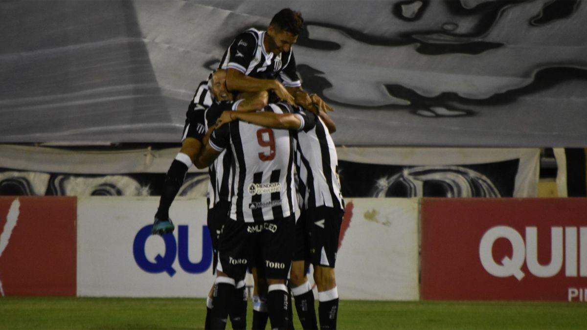 El Lobo festeja el gol de Carrizo ante el Matador.