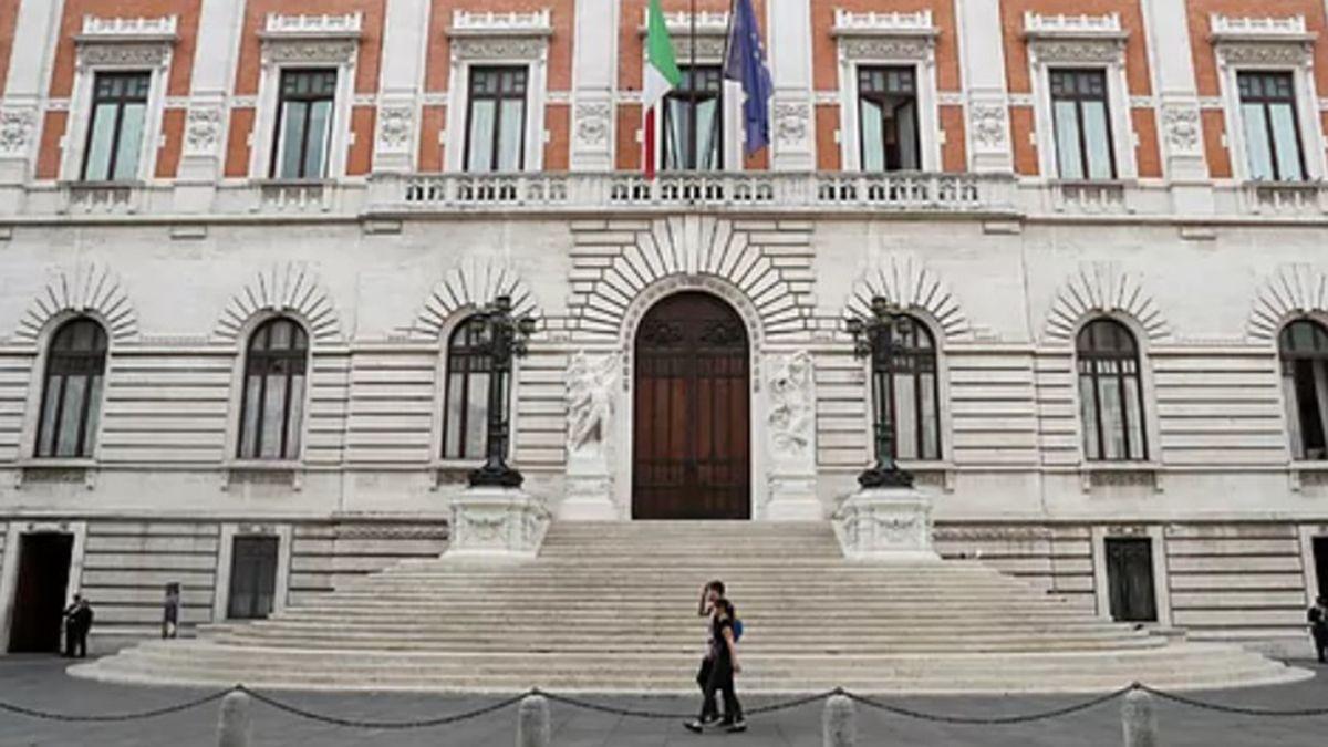 Los italianos decidirán entre este domingo y lunes la reducción de diputadores y senadores en elecciones marcadas por las medidas de prevención para evitar contagios