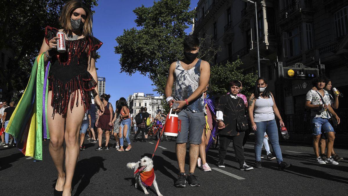 Distintas agrupaciones LGBTIQ convocaron a una movilización desde la Plaza de Mayo hacia el Congreso de la Nación bajo el lema entre nosotrxs nos cuidamos. Coronavirus en Argentina: Buenos Aires ya está en DISPO.