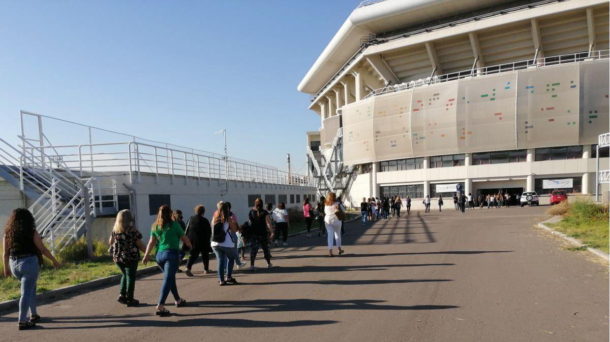 El cronograma para la vacunación de docentes y no docentes del Gran Mendoza de la DGE, convoca para el viernes a los que tengan el DNI finalizado desde el 0 al 4; y para el sábado a los que van del 5 al 9. Se realiza en el estadio Aconcagua Arena.