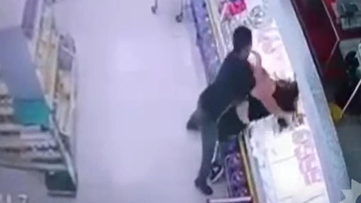 Un hombre golpeó y ahorcó a una compañera de trabajo.