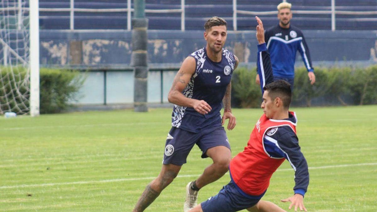El jugador que estuvo en Unión se tira al piso en la práctica en el Gargantini.