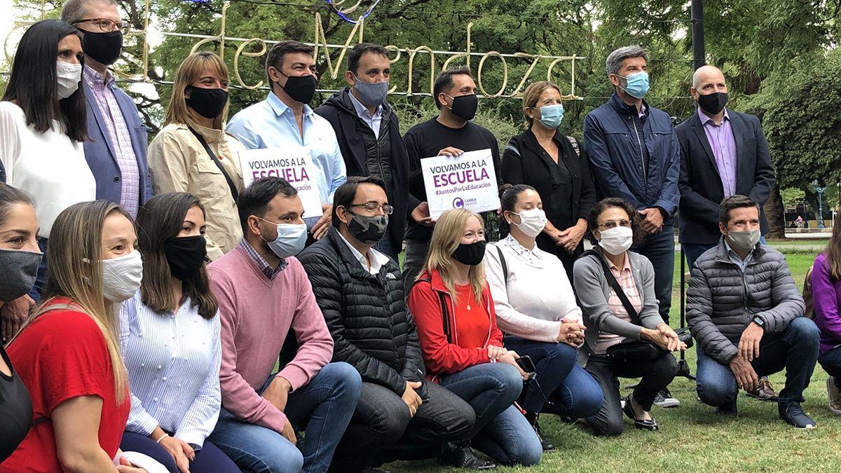 Dirigentes opositores al Gobierno nacional realizaron una movilización a favor de las clases presenciales