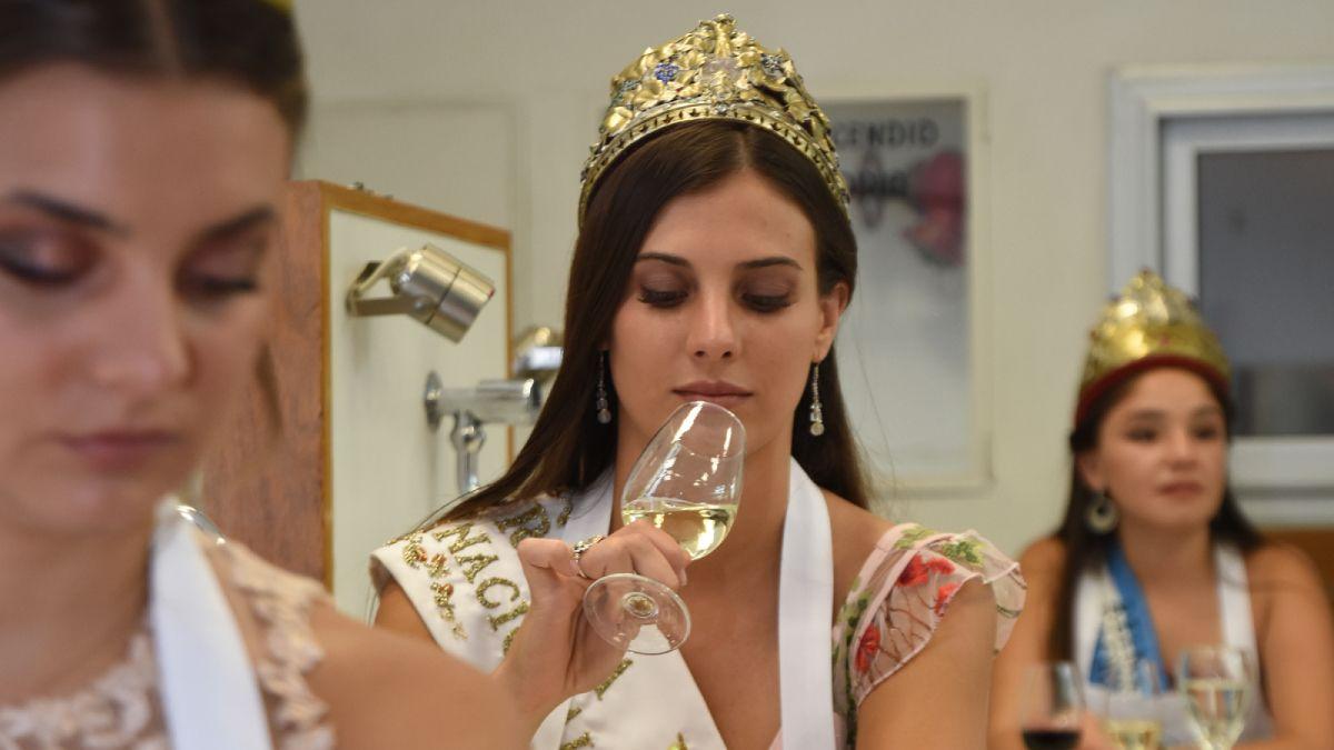 La vigente Reina Nacional de la Vendimia Mayra Tous realiza una cata de vino blanco en la capacitación que tuvieron las reinas de distintas fiestas y festivales provinciales y nacionales en el INV.
