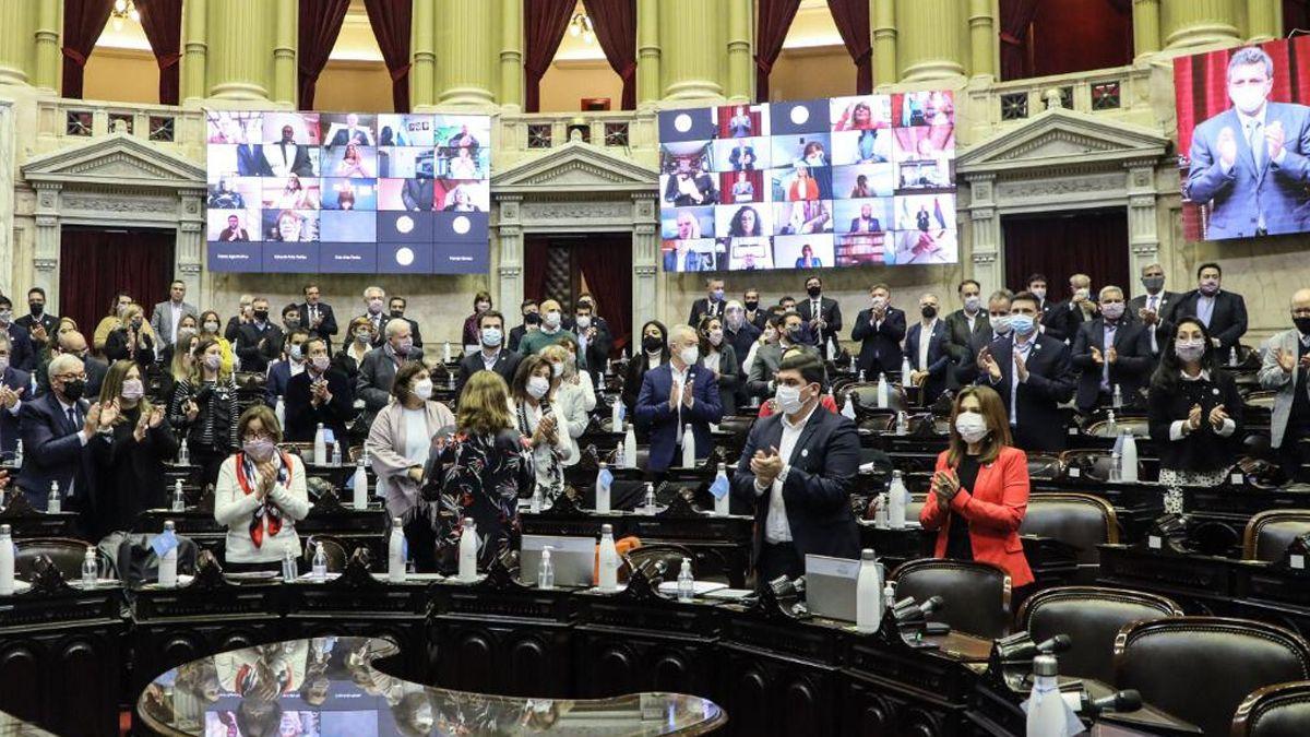 Diputados aplauden de pie tras el homenaje de Sergio Massa a Meoni.