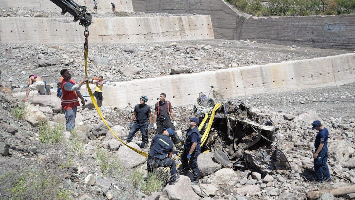 Así quedó el auto de Luis Alberto Parra en el cauce de agua en El Challao