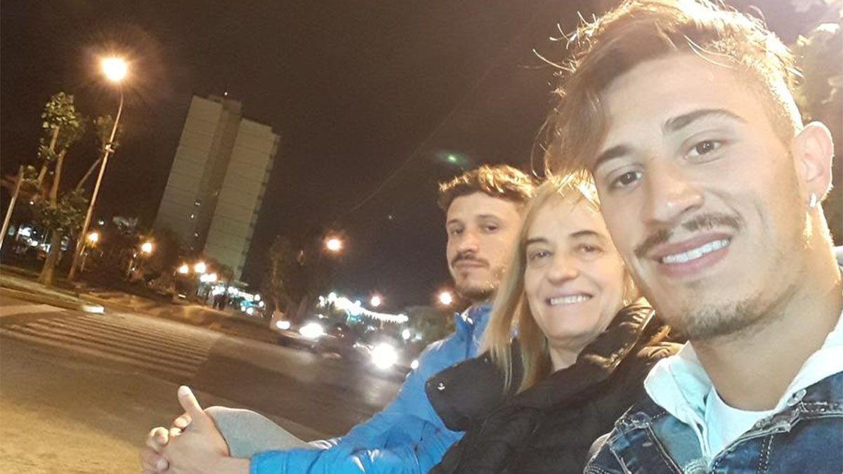 El exMaipú sonríe con su madre y su hermano.