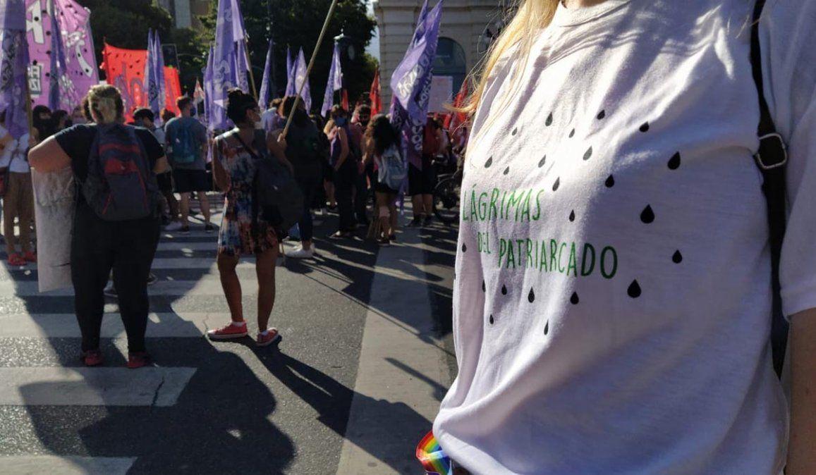 Marcha por el femicidio de Úrsula Bahillo: más de una decena de mujeres simularon ser cadáveres