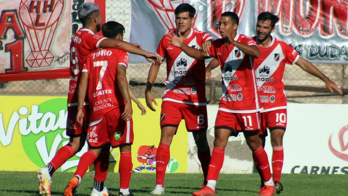Álvaro Veliez festeja su gol ante el Globo. Foto: gentileza Deportivo Maipú.