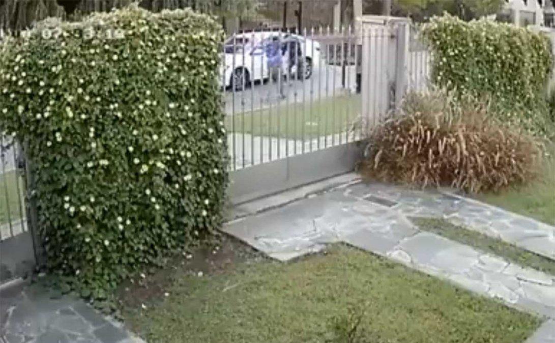 Varios delincuentes asaltaron a un hombre cuando iba en su auto a trabajar y en 25 segundos le robaron el rodado y otras pertenencias. Fue en Villa Luzuriaga.