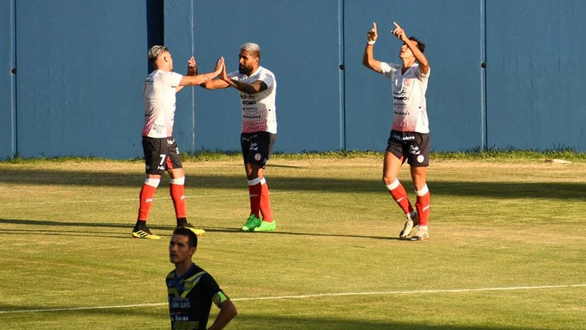 Bruno Nasta le agradece al cielo por su gol ante Juventud Unida.Fotos: Jorge Gallego.