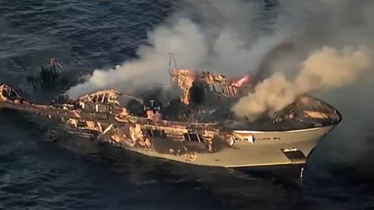 La Guardia Costera de Italia captó al yate incendiado hundiéndose.