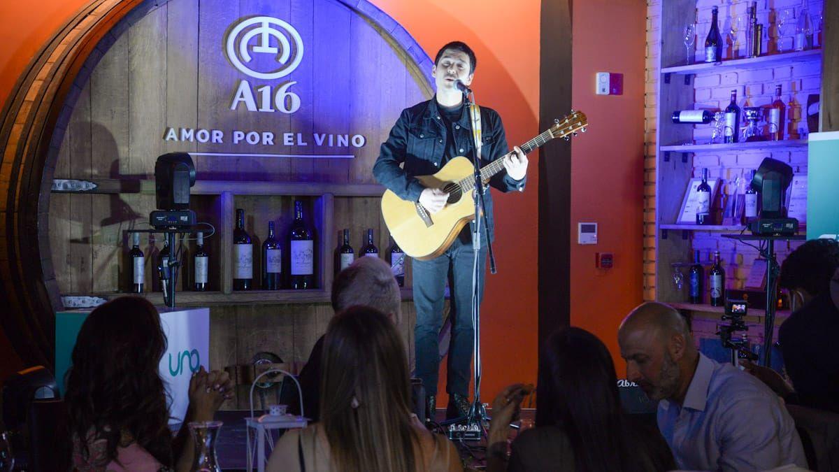 Celli durante el show de lanzamiento de la renovada FM UNA.