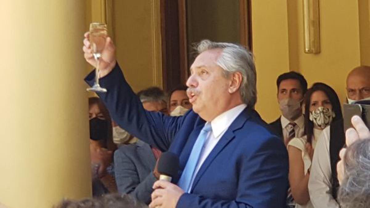 Alberto Fernández brindó con periodistas. Foto gentileza A24.
