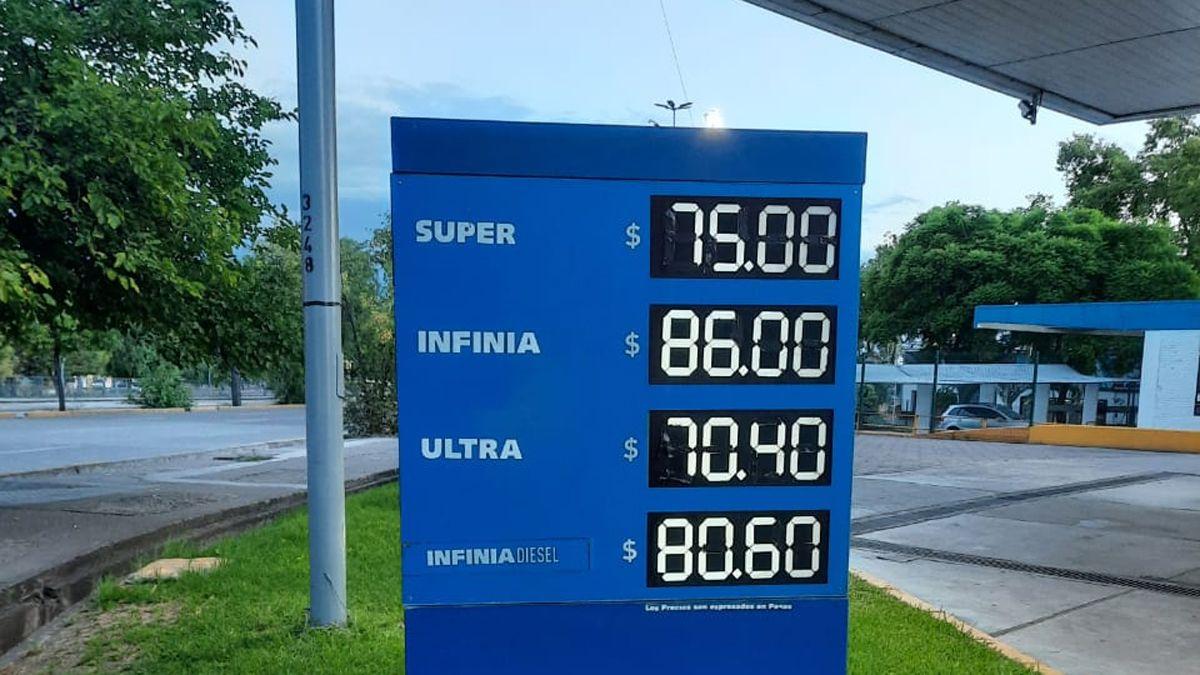 Los precios de las naftas en las pizarras de una YPF.