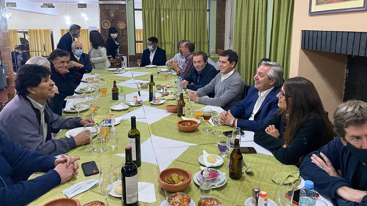 El presidente Alberto Fernández en la cena que compartió con Gustavo Béliz en Bolivia. Viajaron a la asunción de Luis Arce junto a otros funcionarios del Gabinete nacional.