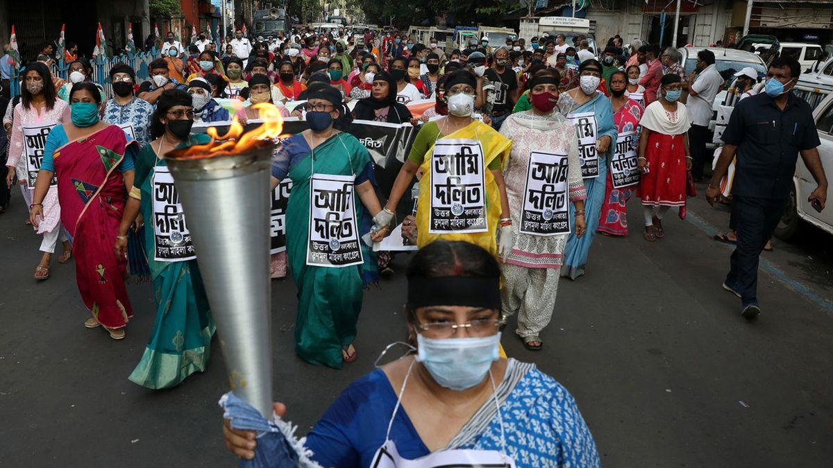 Mujeres gritan y muestran carteles durante una protesta por la muerte de una víctima de abuso sexual