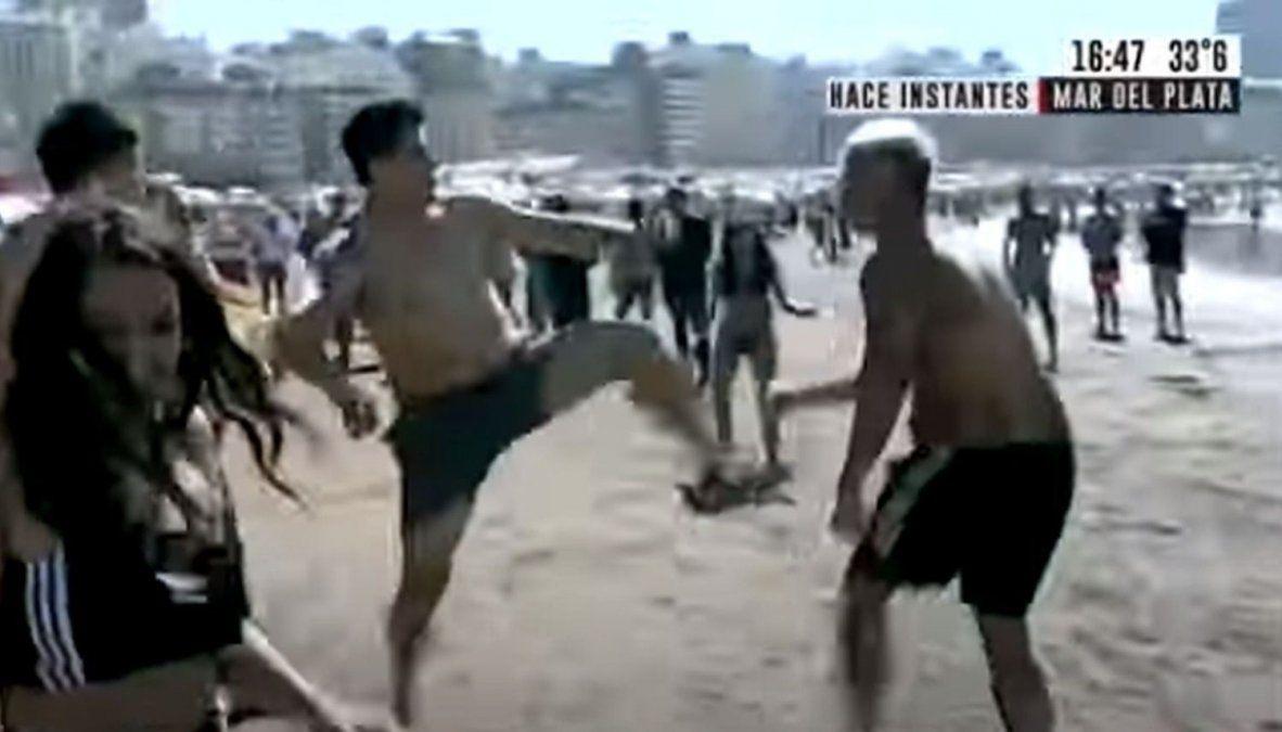 Terminó mal. Un picadito en la playa terminó en escándalo.