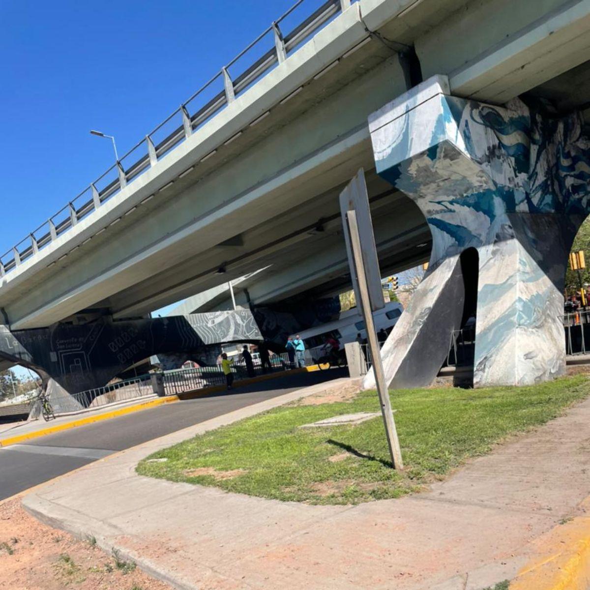 El trabajo conjunto entre personal de la Municipalidad de Capital, de Guaymallén y la Policía de Mendoza permitió minimizar las consecuencias del curioso accidente registrado en el Nudo Vial de Costanera.