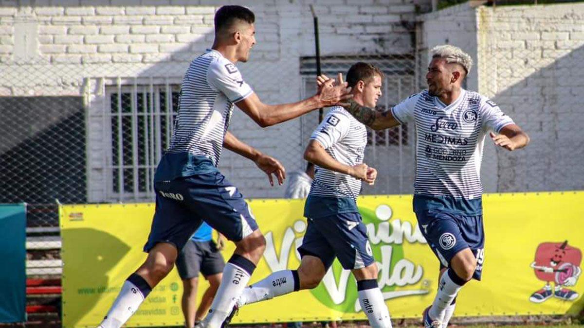 Maldonado celebra junto a Matías Quroga el gol ante Ferro.