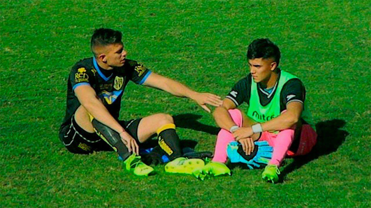 Los hermanos sean unidos. Damián y Alejo Tello en campo de juego del Legrotaglie. (Foto gentileza@TelloDamian).